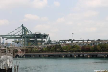 Puntea spre Sentosa si o parte din port
