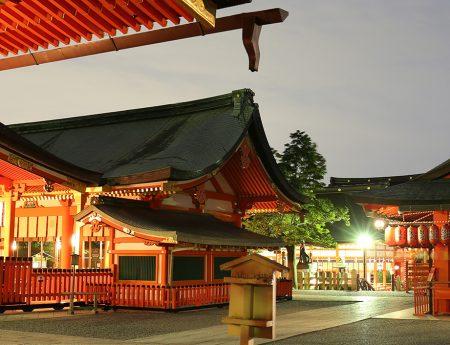 Kyoto, Japonia – Fushimi Inari si ale sale porti torii, in noapte